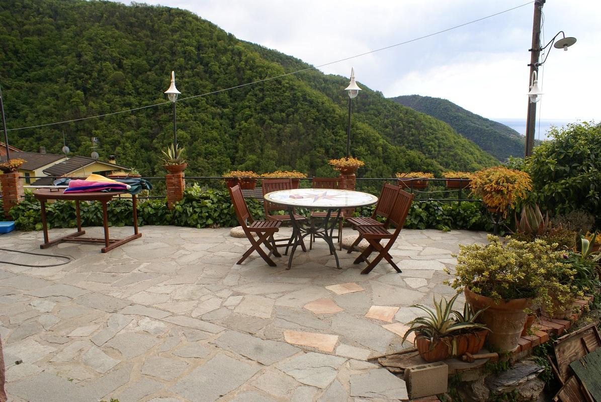 Ampio soggiorno con camino features gobello immobiliare